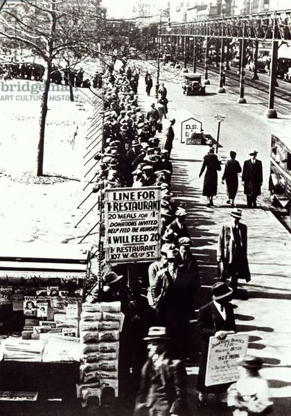 Cheap food line at Bryant Park, New York, during the Great Depression, 1931 (b/w photo)