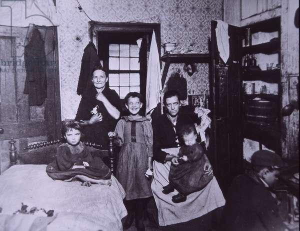 Slum dwelling, New York City c.1905 (b/w photo)
