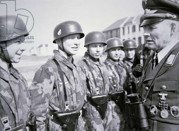 General Ramcke in Tunisia visiting the German paratroops he commanded in Crete in 1941 (b/w photo)