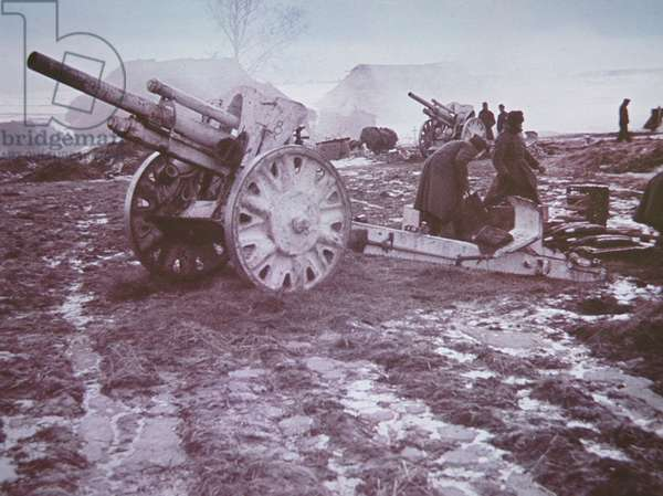 German 10.5cm light field howitzer being prepared for action during the invasion of Russia, 1941-45 (b/w photo)