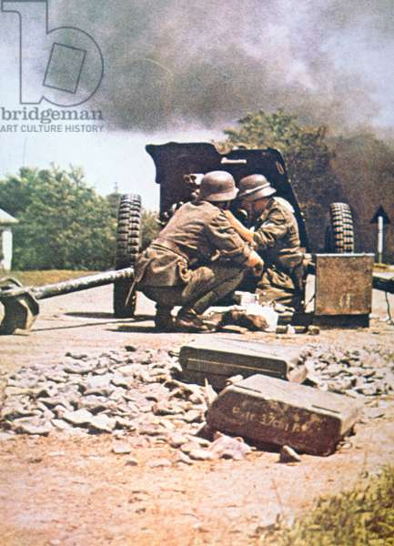 WW2 German anti-tank gun, panzerjaeger, in action (photo)
