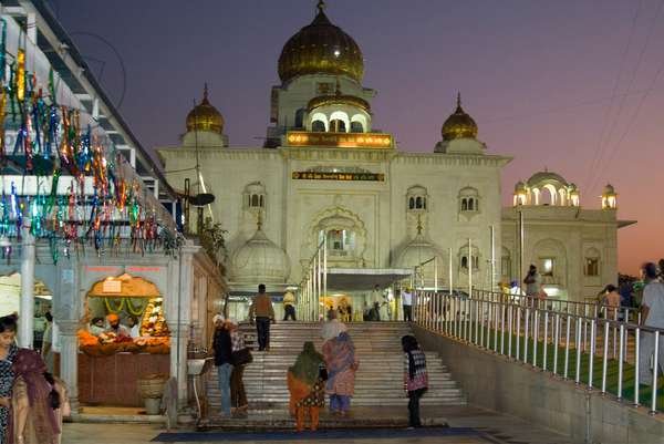 Gurdwara Bangla Sahib at dusk, Delhi, India (photo)
