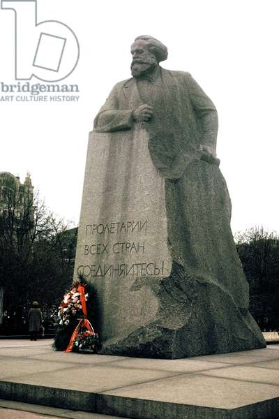 Statue of Karl Marx (photo)