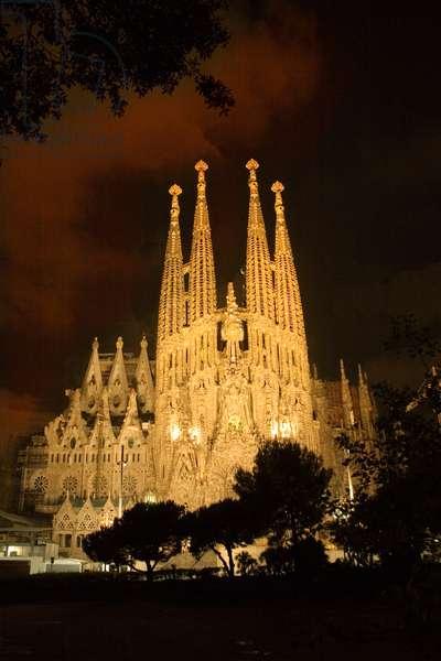 Sagrada Familia at night (photo)