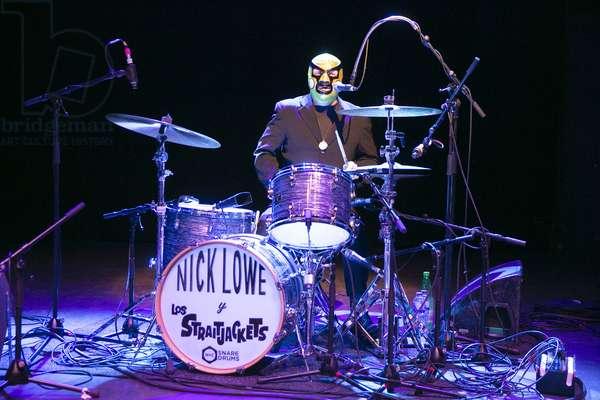 Nick Lowe & Los Straitjackets, Drummer Chris Sprague, Shepherd's Bush Empire, London, UK, 2019 (photo)