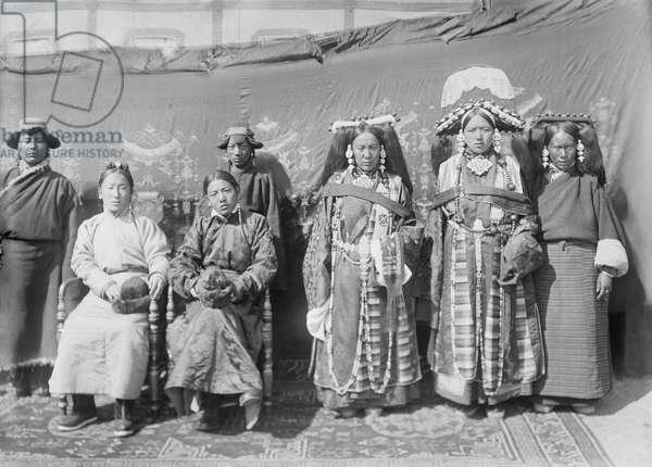Rakashar and wife, with group, 1921 (glass plate gelatin print)