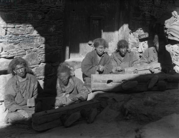 Five prisoners in stocks in Potala Shö prison, Lhasa, 1920-21 (negative quarter print)