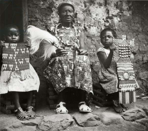 Princess Fe Ditamina, daughter of Fon Galega I of Bali with two small girls, 1960 (gelatin silver print)