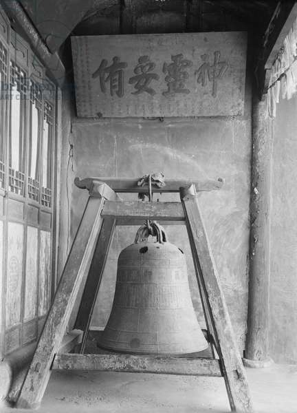 Chinese bell in the Kesar Lhakhang in Lhasa, 1921 (glass plate gelatin print)