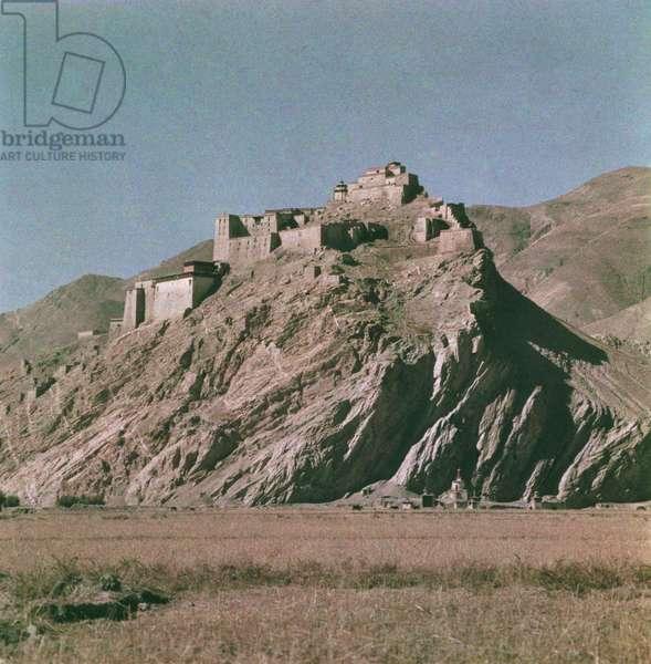 The fort Gyantse dzong at Gyantse, Tibet, 1936-50 (colour transparency)