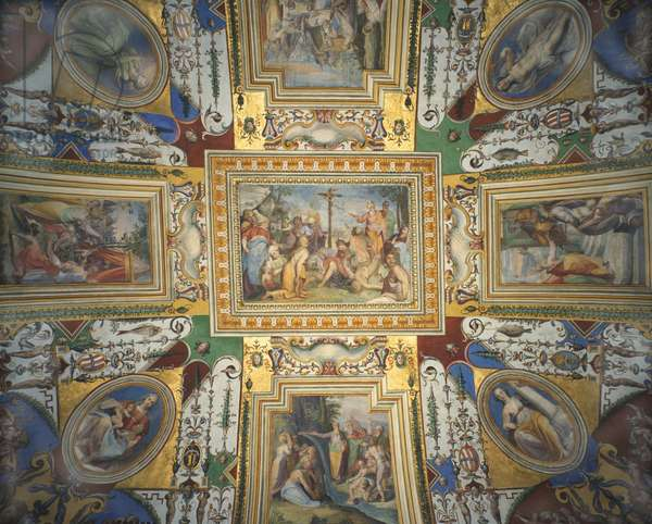 Frescoes on the ceiling of the alcove