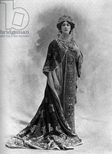 "Caroline Otero aka Belle Otero (1868-1965) dancer, here as empress in ballet ""L'imperatrice"" in Paris, photo from french paper ""Le Theatre"" july 1901"