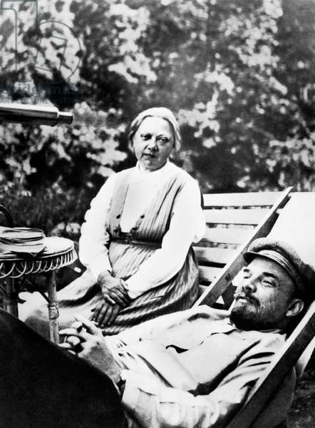Vladimir Illitch Oulianov aka Lenin (1870-1924) Russian political leader Lenin with his wife, Nadezhda Krupskaya, at the Gorki villa in august-september 1922