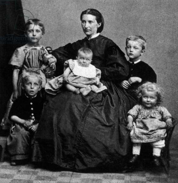 Edvard Munch (child, 5, standing on r) with his mother Laura Munch and brothers and sisters, 1868. On l: Sophie and Peter ; Inger in mother's arms ; on r: Edvard and Laura