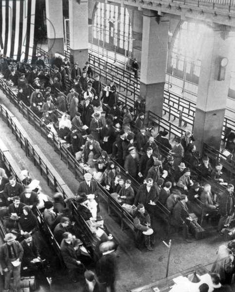 immigrants in Ellis island (New York) in 1915