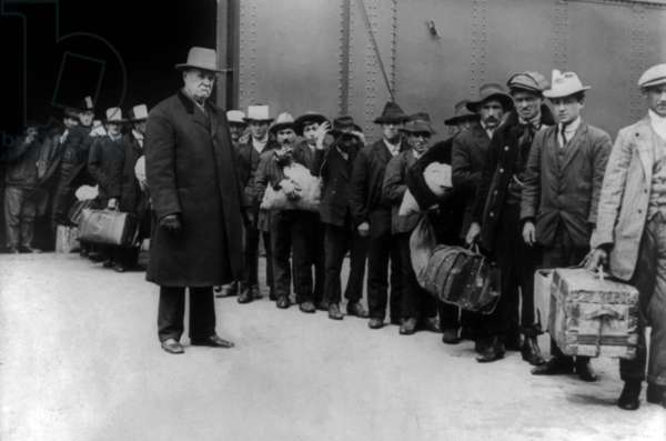 """Italian immigrants from boat """"SS Prinzess Irene"""" (from naples, Italy) arriving in Ellis Island, june 1911"""