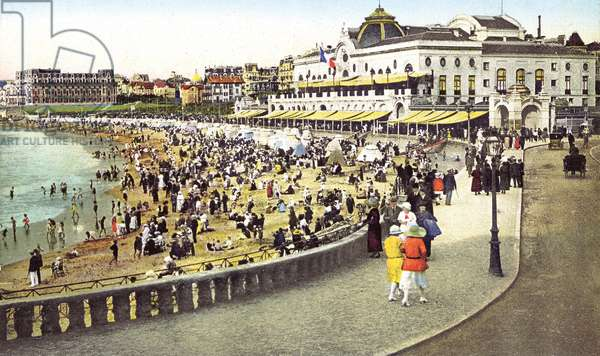 Biarritz (France): la Grande Plage, the Bellevue casino and the palace of Empress Eugenie converted into the Hotel du Palais in 1893. 1920.