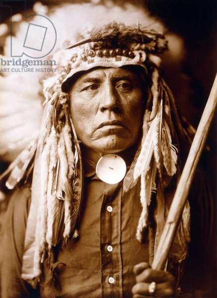 Curley, Apsaroke man, wearing headdress, c. 1905, photo Edward S. Curtis