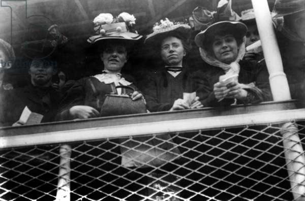 """Young women on board of liner """"SS Baltic"""" arriving in Ellis Island, New York, 1907 (on board: 1000 single women looking for a spouse)"""