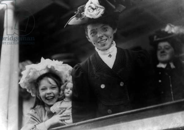 """Young woman and a girl on board of liner """"SS Baltic"""" arriving in Ellis Island, New York, 1907 (on board: 1000 single women looking for a spouse)"""