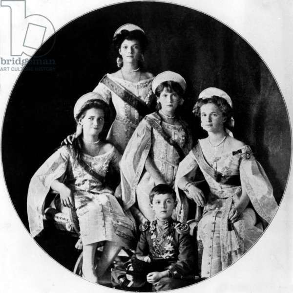Russian imperial family: the 4 grand duchess, daughters of czar Nicolas II and empress Alexandra: tsarevitch Alexis (7 years old), grand duchess Olga (standing behind, 16), and l-r: Mary (12), Anastasia (10), Tatiana (14) in 1911