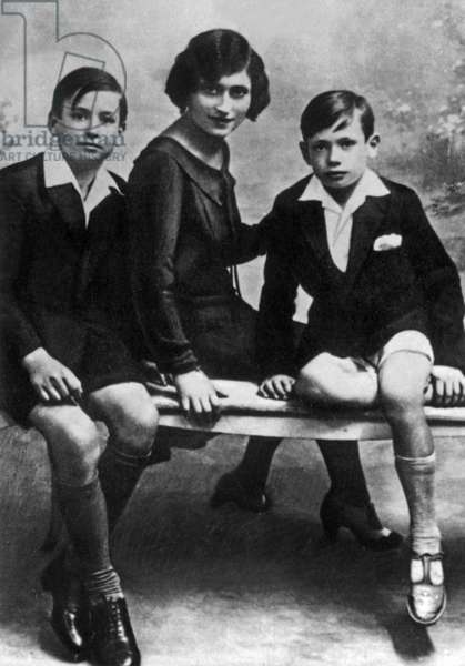 Yves Montand (r) posing with his sister Lydia and brother Julien (Giuliano) 1931