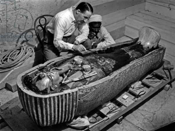 Découverte de la tombe du pharaon Toutankhamon dans la vallée des Rois (Égypte) : Howard Carter regardant le troisième cercueil de Toutankhamon, 1923, photo de Harry Burton (p0770)