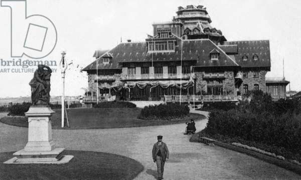The casino and the statue of Chateaubriand in Saint Malo (Brittany, France), Postcard, 1923