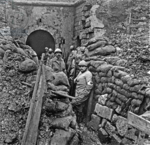 Entrance of Douaumont fort (Verdun) on october 24, 1916 (the fort has just been captured by french): members of Red Cross