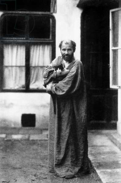 Gustav Klimt (1862-1918) austrian painter, here in front of his workshop, a black and white cat in the arms, c. 1915.