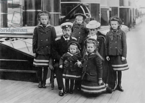 Russian imperial family: czar Nicholas II and czarin Alexandra Fedorovna with their children: Alexis (in front of Nicolas II), Anastasia (behind), Mary (r), Tatiana (l) and Olga (in front of Alexandra) around 1905, photographed by E. de Hahn, photograph of the tsar