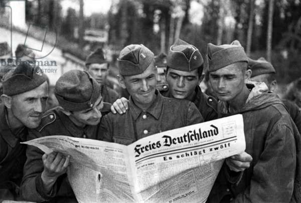 Alsatian soldiers enlisted in the german army in Rada camp in Russia reading german paper, during second world war
