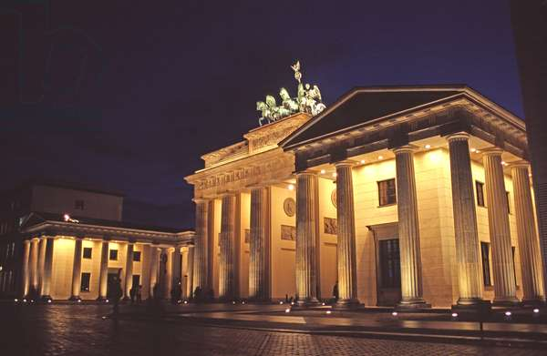 View of the Brandenburg Gate from the West side of the Pariser Platz (photo)
