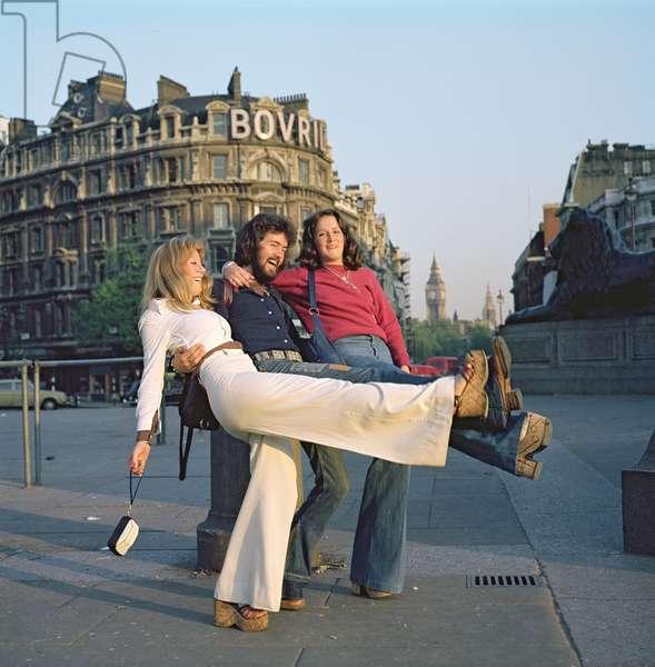Tourists in Trafalgar Square (photo)