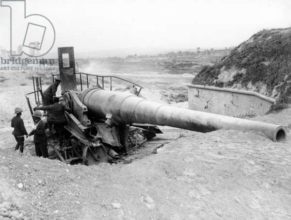 British soldiers examining Turkish gun destroyed by HMS Queen Elizabeth in Fort No1 V Beach, Dardanelles, c.1915 (b/w photo)