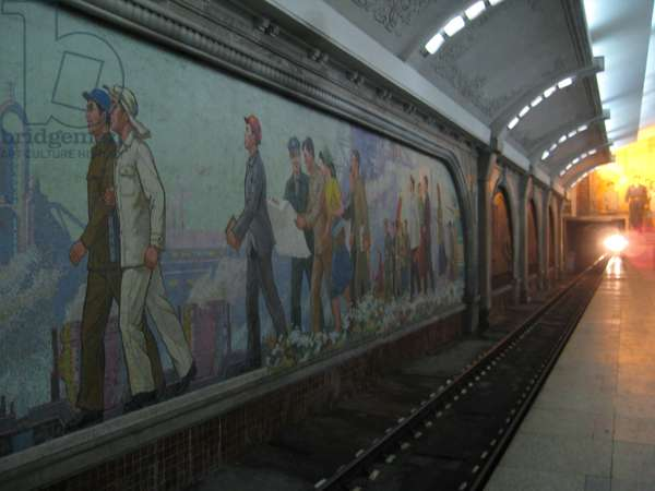 Train arriving in the Pyongyang Metro, 2008 (photo)