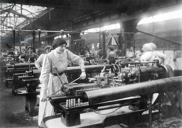 Women working in a munitions plant during the great war, 1914-18 (b/w photo)