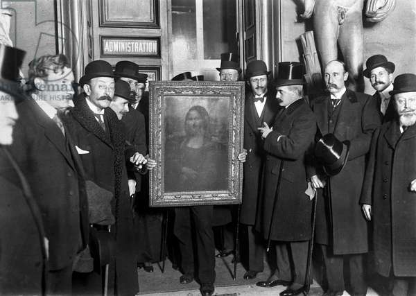 The return of the Mona Lisa to the Louvre, January 1914 (b/w photo)