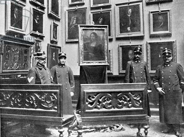 Security guards surrounding the Mona Lisa in the Galleria degli Uffizi, 1913 (b/w photo)