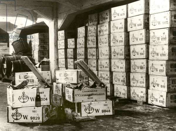 Storage of imported champagne in Amsterdam, wooden cases of Veuve Clicquot Ponsardin, Jacobus Boelen, 1921