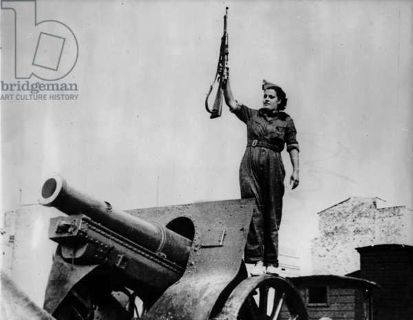 Woman with a rifle near a canon. Spanish civil war, Barcelona, 1936