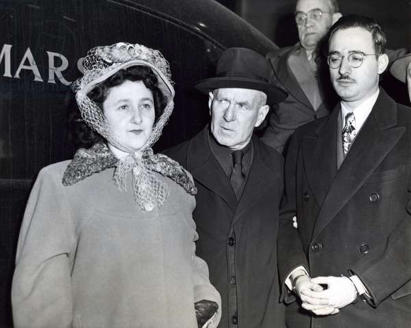 Julius and Ethel Rosenberg, with a guard in the middle, 1951 (b/w photo)