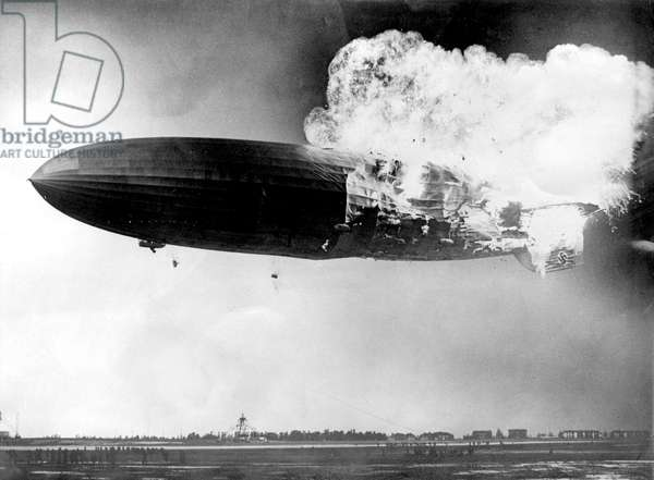 Zeppelin the Hindenburg on fire, Lakehurst (United States of America), 6 May 1937 (b/w photo)