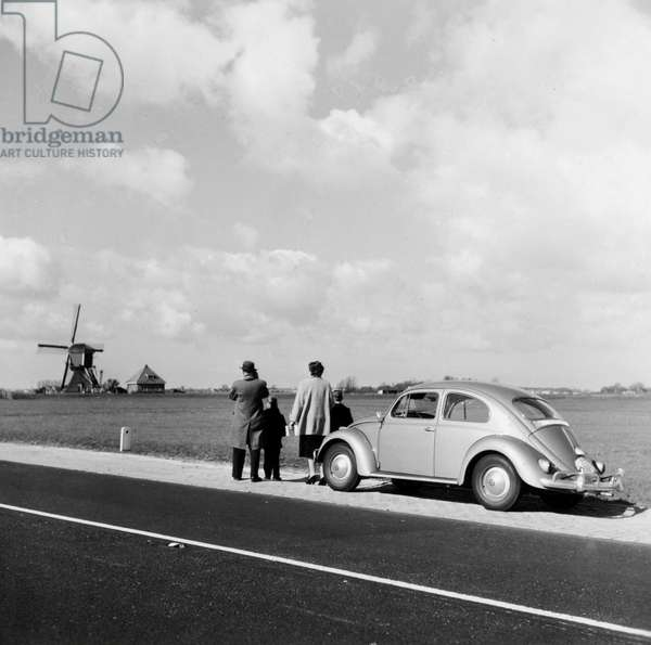 Volkswagen Coccinelle: Day out, with the Volkswagen Beetle on the highway at Rijpwetering.
