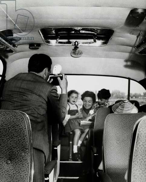 Father photographing his family during a trip in the bus (bus, coach). Netherlands 1950-1960
