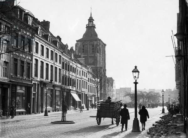 Horse and carriage at the Boschstreet, Maastricht. 18 januari 1933.