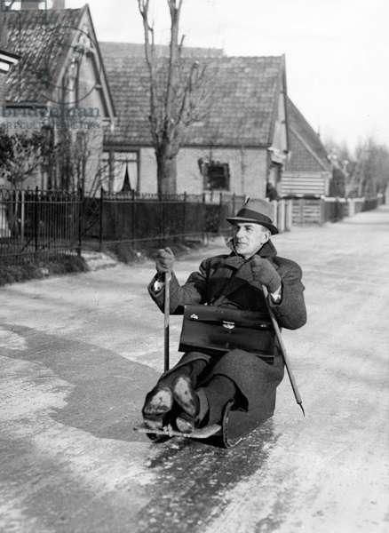Mayor S.B.F. Kooiman, at a slippery way, on his way to the town hall at a sledge moved by prickers, Hensbroek 10 January 1940