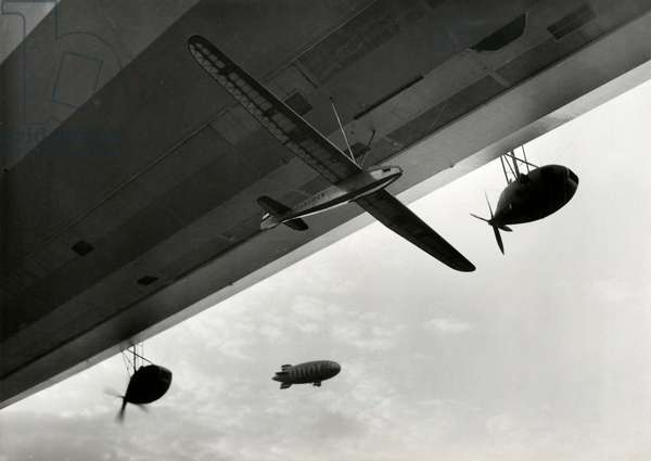 The glider of pilot Wiegmayer is hanging under the German airship Graf Zeppelin and will be released above Berlin soon, Germany, 21 May 1934 (b/w photo)