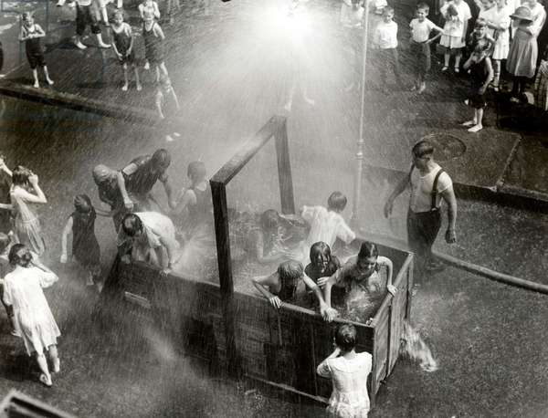 New York (USA) In July 1938 there was a heat wave in New York. There are children in a container and sprayed with water as a refreshment.