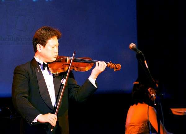 Masaaki Tonokura playing the Hibaku violin